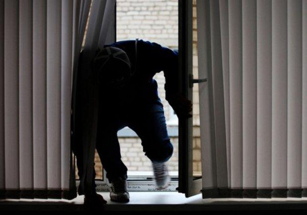 В Чувашии неизвестный влез в окно частного дома и попытался изнасиловать хозяйку