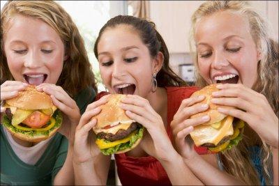 Ученые: Вредная еда в подростковом возрасте повышает риск развития рака груди