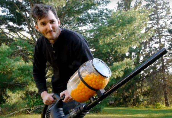 Американский блогер создал пушку для стрельбы сырными шариками