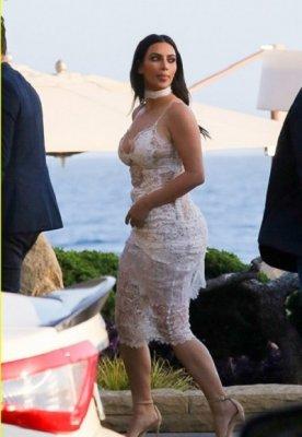 Ким Кардашьян вышла на публику в полупрозрачном платье-занавеске