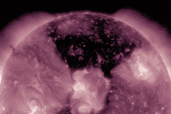 NASA показало снимки гигантской корональной дыры на Солнце