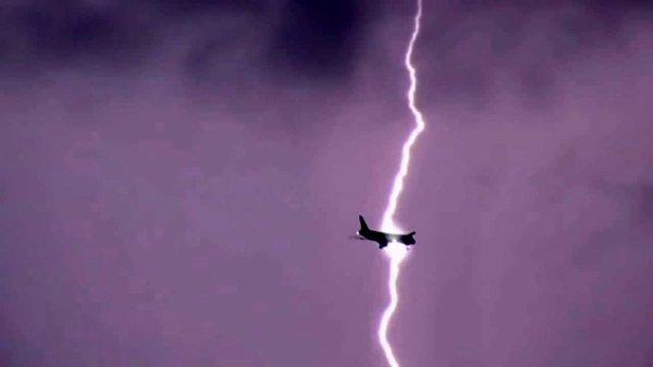 Молния ударила в Boeing во время грозы над Москвой