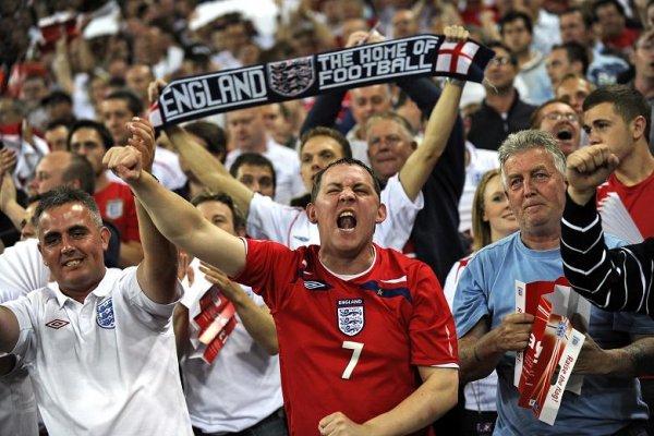 Фанаты сборной Англии по футболу забросали автобус российских болельщиков бутылками