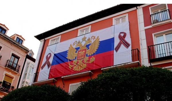Флаг России с георгиевскими ленточками вывесили напротив мэрии итальянского городка