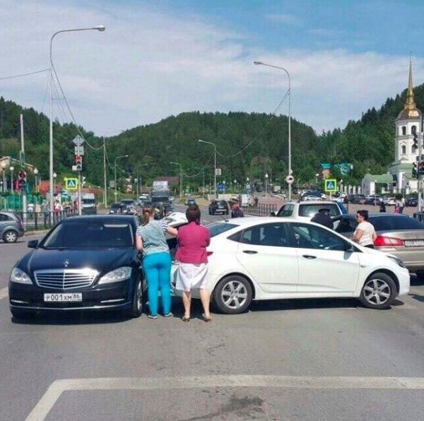 Автомобиль губернатора ХМАО Комаровой попал в ДТП