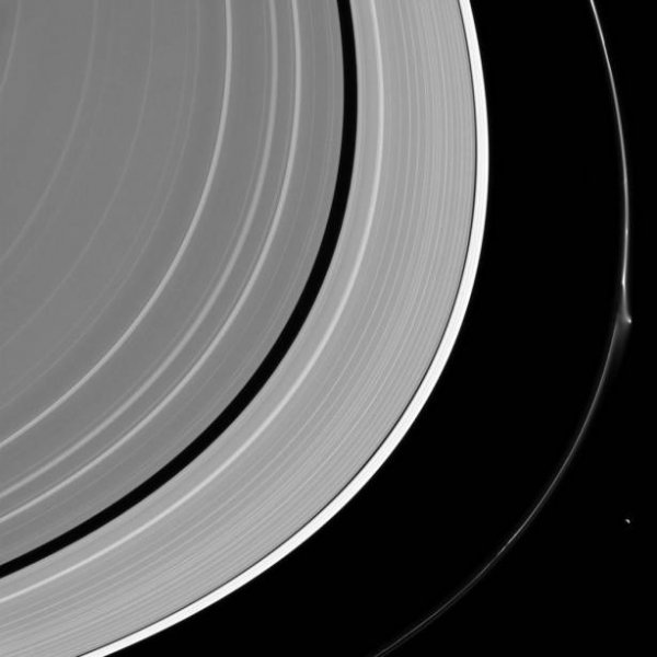 NASA обнародовало снимок разрушенного кольца Сатурна