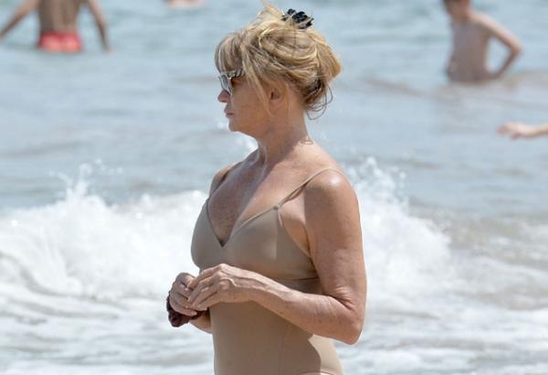 70-летняя Голди Хоун похвасталась стройным телом