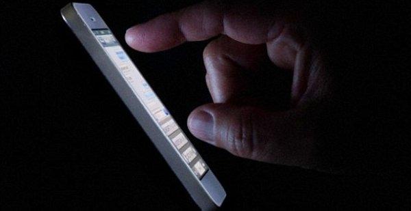 Ученые: Использование смартфонов в ночное время грозит слепотой