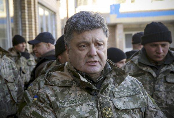 Петр Порошенко попал под обстрел во время поездки в Донбасс