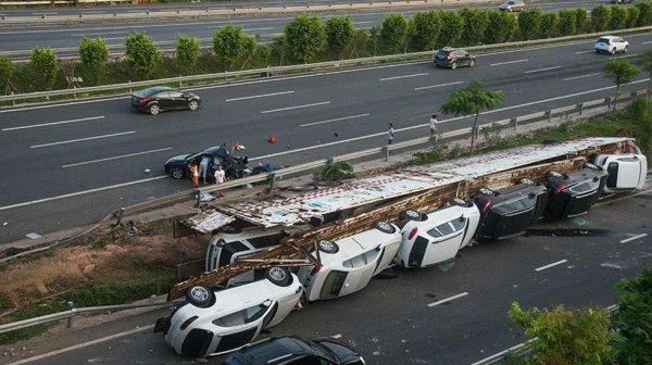 В Подмосковье перевернулся автовоз с новыми BMW