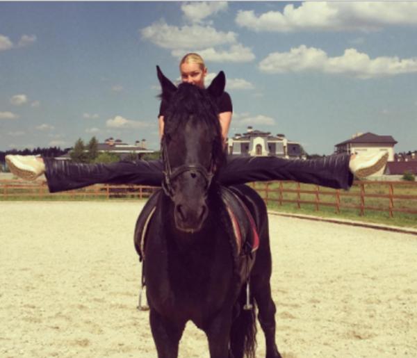 Анастасия Волочкова сделала шпагат на лошади
