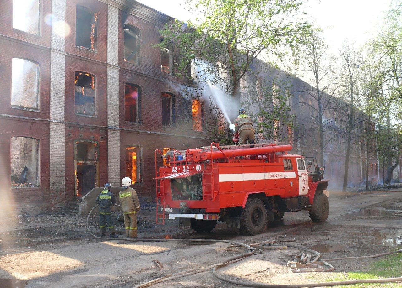 картинка как пожарный тушит дом