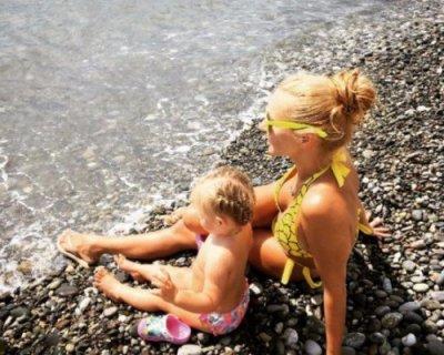 Татьяна Навка опубликовала фото с дочерью на сочинском пляже