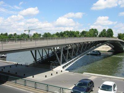 В Волгограде мужчину сбросили с пешеходного моста
