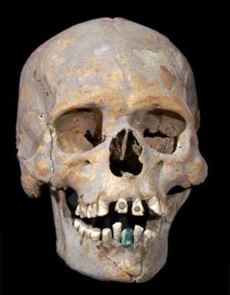 Археологи обнаружили в Мексике загадочный череп с инкрустированными зубами