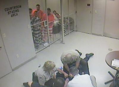Заключенным в США удалось сбежать из камеры и спасти жизнь охраннику
