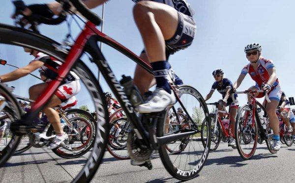 Английский велогонщик Крис Фрум ударил фаната на гонке «Тур де Франс»