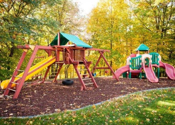 В Кемерово на детской площадке на ребенка рухнула железная лестница