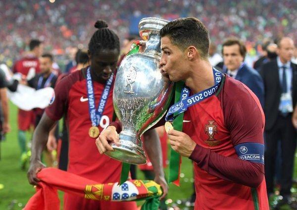 Сборную Португалии встретили с почестями в аэропорту после победы на Евро-2016