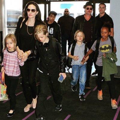 Анджелина Джоли и Брэд Питт отметили день рождения близнецов в кафе