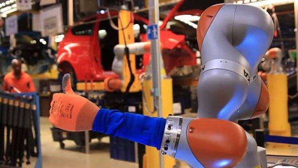 На заводе Ford в Кельне люди работают вместе с роботами