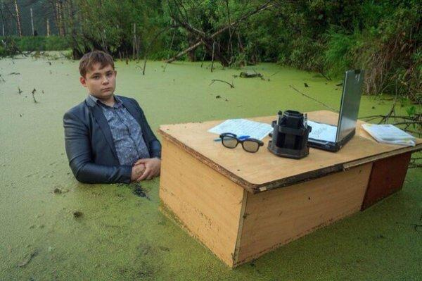 Фотосессия в болоте в стиле «офисная рутина» потрясла интернет