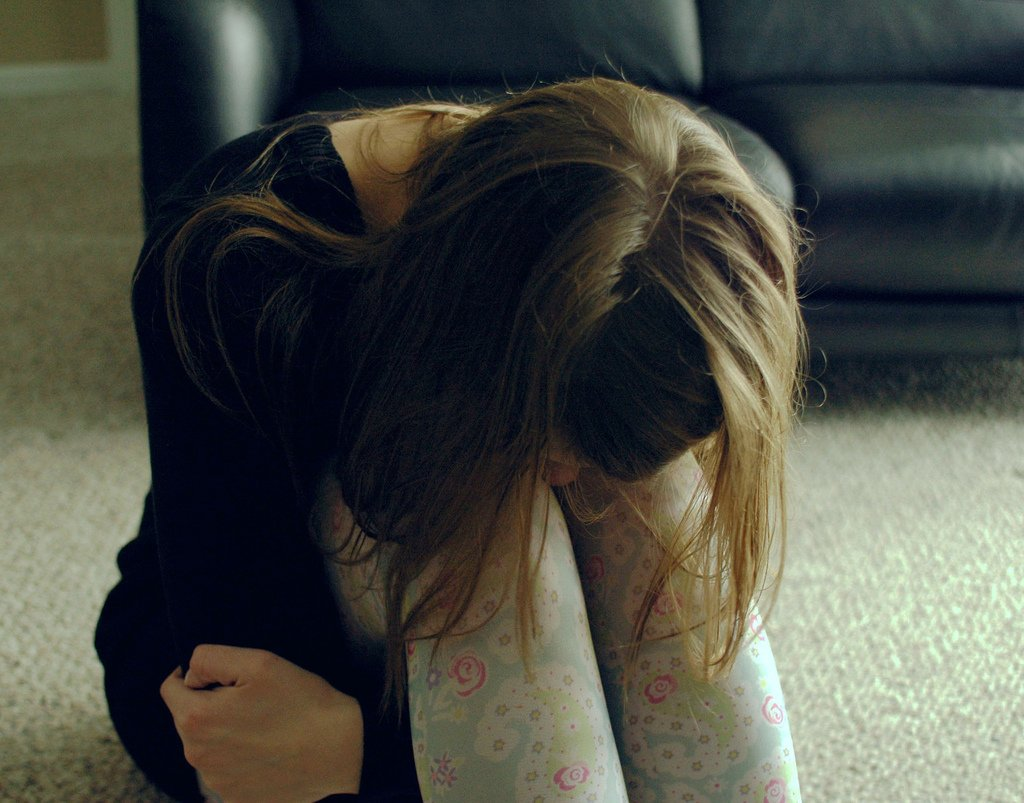 Картинка плачет девушка лицо не видно