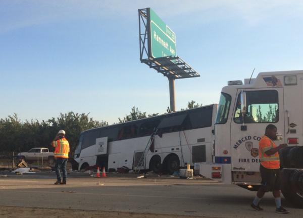 В США в городе Мерсел автобус на большой скорости врезался в столб