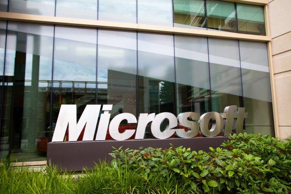 Корпорация Microsoft ответит Apple на замену смайлика с оружием