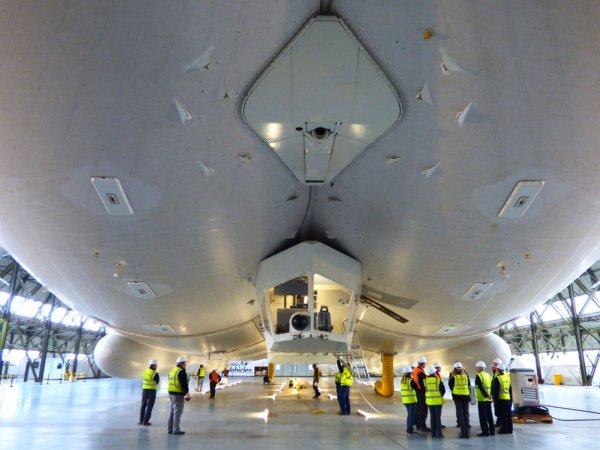 Самое большое в мире гибридное воздушное судно покинуло амбар