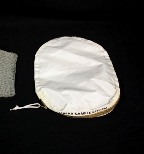 NASA по ошибке продало на аукционе сумку для сбора лунных образцов