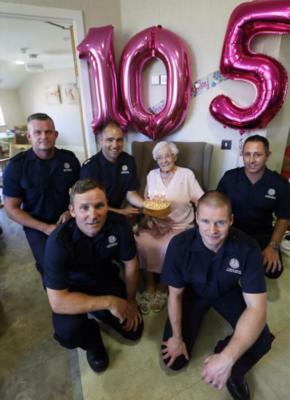 В Великобритании 105-летняя пенсионерка попросила на день рождения пожарного в татуировках