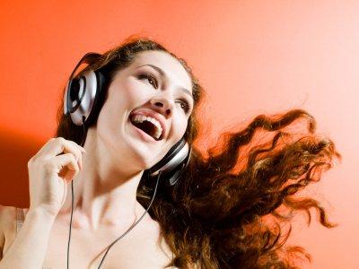 Учёные: Прослушивание позитивной музыки на работе повышает командный дух