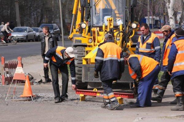 В Москве мусоровоз провалился в яму