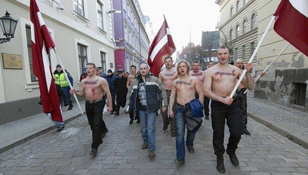 В Лимбажи латышские националисты снесли памятник советским морякам