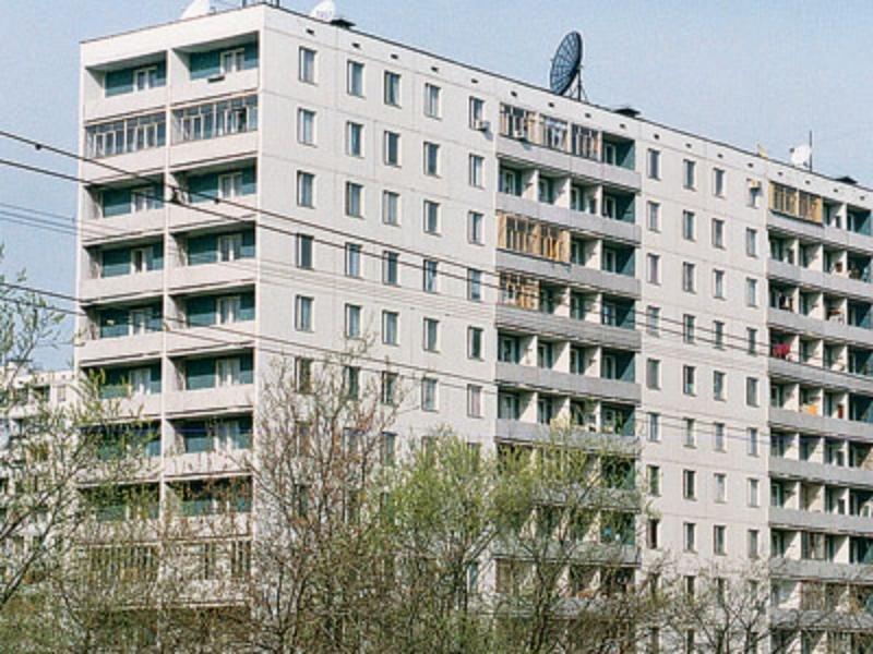 В москве 16-летняя девочка угрожает спрыгнуть с 12-го этажа .