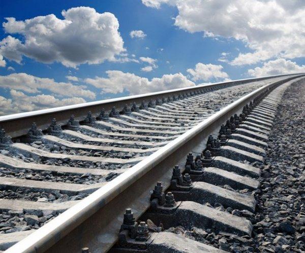 Невменяемый мужчина в женском платье попал под  поезд в Петербурге
