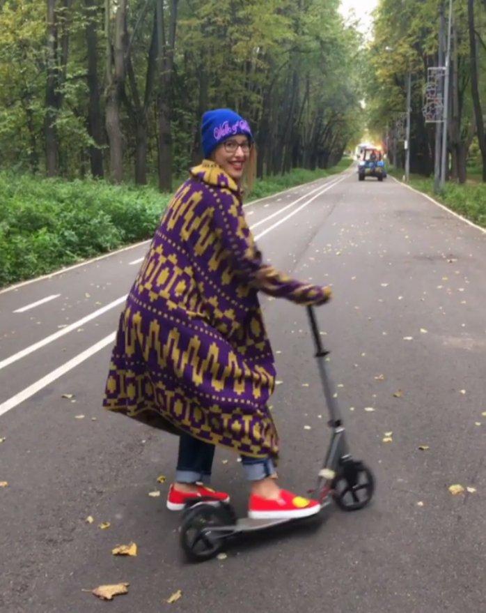 Беременная Ксения Собчак любит кататься насамокате