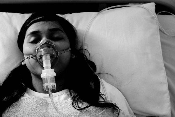 В Англии девушка вышла из комы после отключения аппарата жизнеобеспечения
