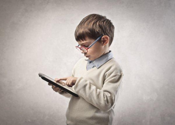 Ученые: Успокаивать детей с помощью смартфонов опасно