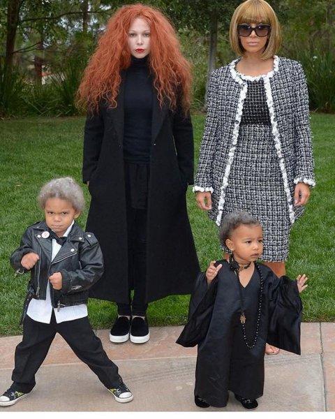 Ким Кардашьян выбрала классический костюм для Хэллоуина