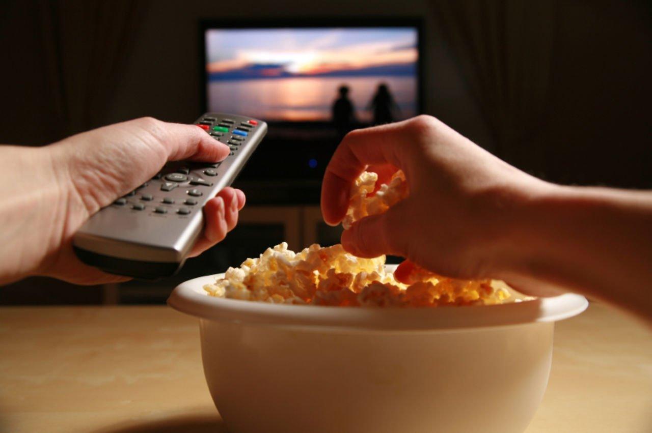 Картинки по запросу еде перед телевизором