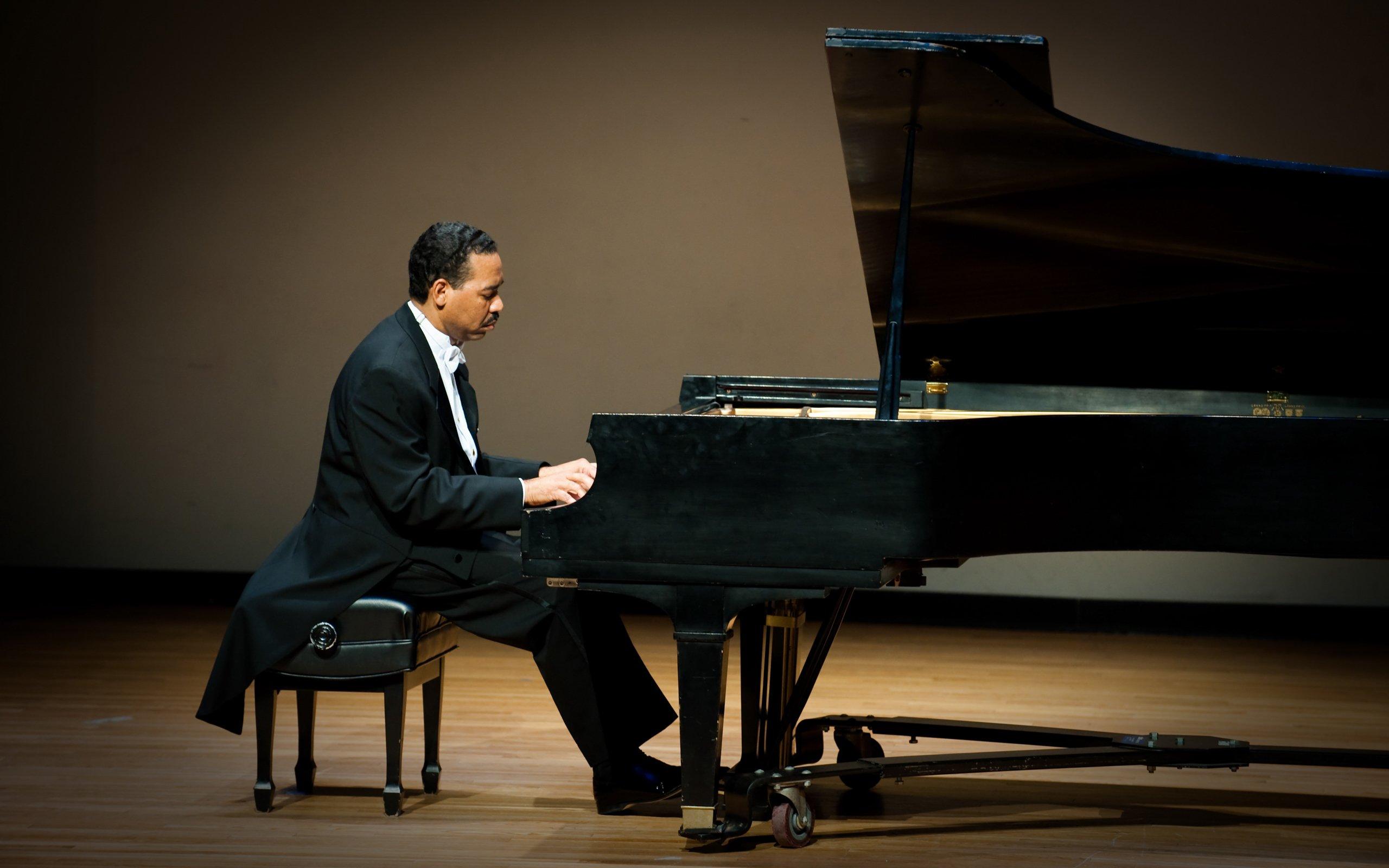 Человек с роялем картинки