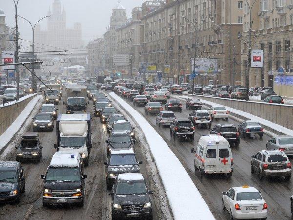 Снегопад стал причиной 9-бальных пробок в Москве