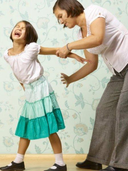 Ученые: Современные родители стали реже бить детей
