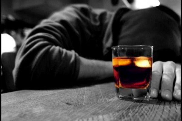 Дети выпивающих родителей могут начать рано пить - ученые