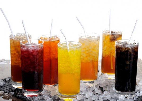 """Ученые: Подростки в год выпивают """"ванну"""" сладких напитков"""