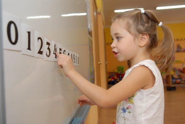 Ученые: Дети, которым мамы помогают в математике, достигают существенных успехов в науке