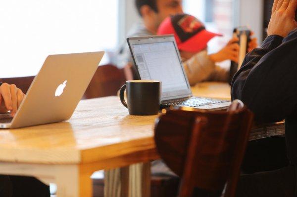 Ученые назвали работу в кафе более эффективной, чем в офисе