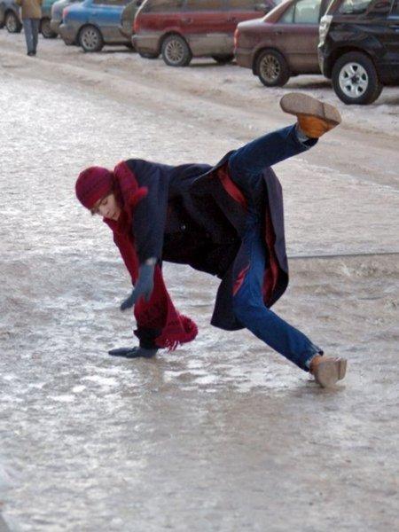 В Сети пояилось видео, как отец со смехом наблюдал за падающими на льду детьми